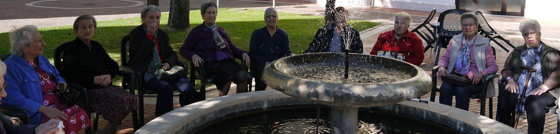 Istituto Sacro Cuore Roma Scuola Sacro Cuore - Foto di gruppo in giardino davanti alla fontana
